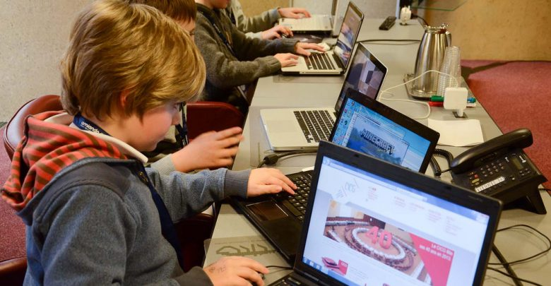 فوائد وأضرار استخدام الأطفال للإنترنت   مجلة محطات